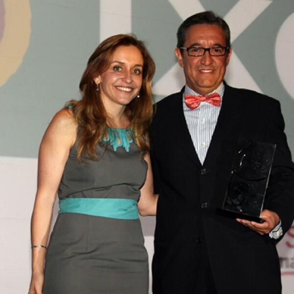 Ixe Grupo Financiero recibió su premio de manos de la editora general de la revista Expansión, Bárbara Anderson. La institución bancaria quedó en la posición 33 del ranking con empresas de más de 500 empleados.