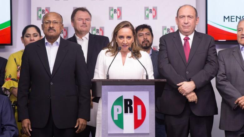 Claudia Ruiz Massieu (centro)