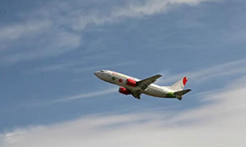 VivaAerobus ofrece precios entre 30% y 40% más bajos que las aerolíneas de bajo costo, pues reduce su publicidad a sólo Internet. (Foto: Archivo)