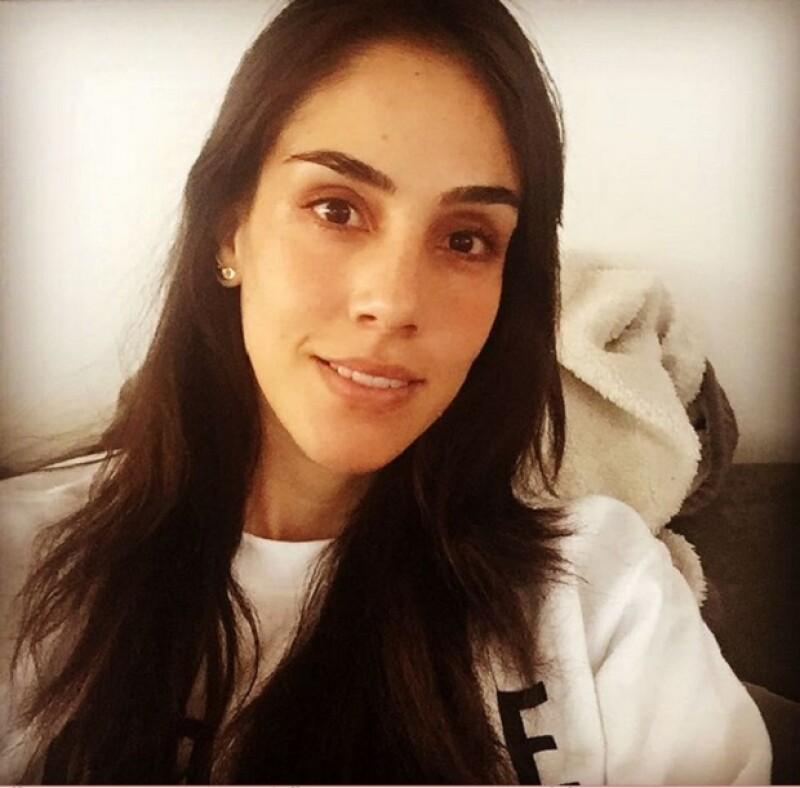La actriz compartió en redes sociales una foto en la que como pocas veces, deja ver su cara al natural.