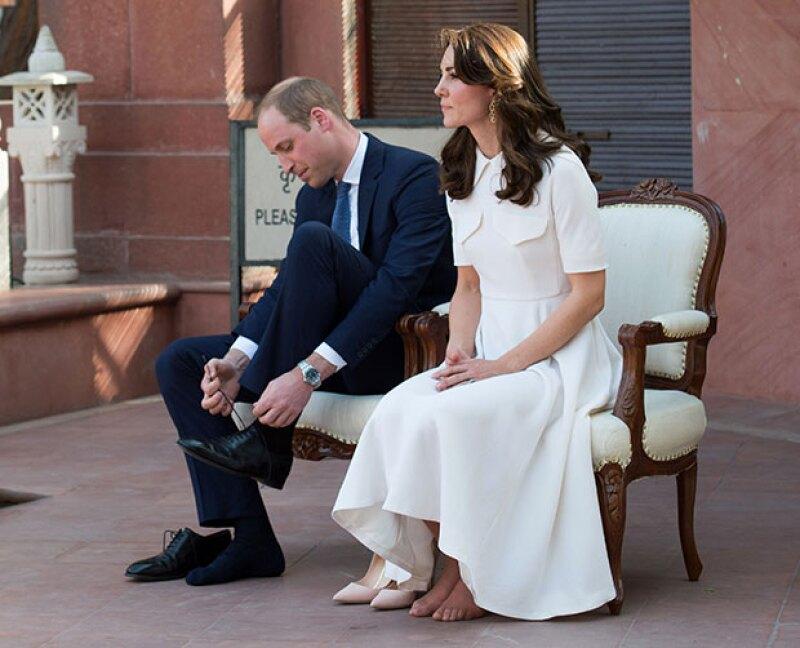 Durante una de las actividades en su visita a India, los duques de Cambridge se quitaron los zapatos, un hecho que acaparó la atención de los fotógrafos que los acompañaban.