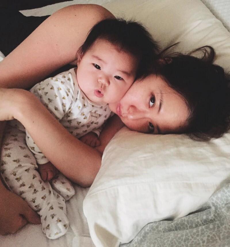 Puede parecer que ver dormir a un bebé resulta por sí solo pacificador, sin embargo, la fotógrafa Laura Izumikawa ideó algo muy especial con el qué entretenerse mientras su hija descansaba.