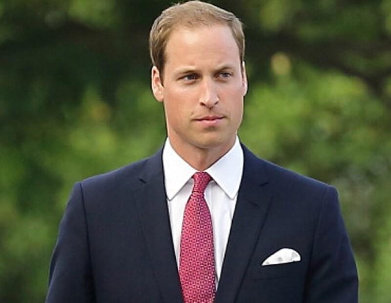 El heredero al trono británico quiere tenerlo todo bajo control para cuando llegue al mundo su primogénito este verano. Por ello, busca en la conocida web tutoriales para cambiar pañales.