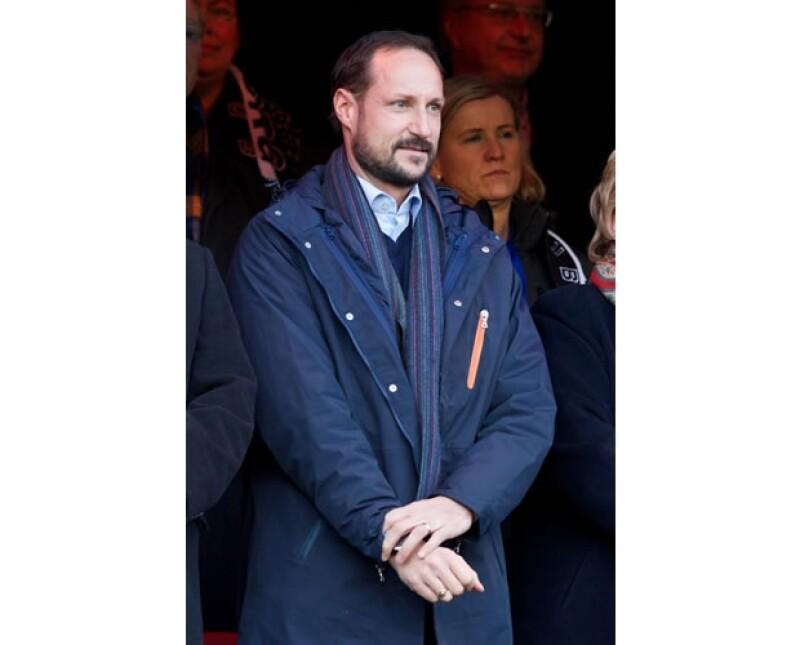 El príncipe Haakon se ha presentado solo a los más recientes eventos públicos, pero se dice que es por la recuperación de la princesa.