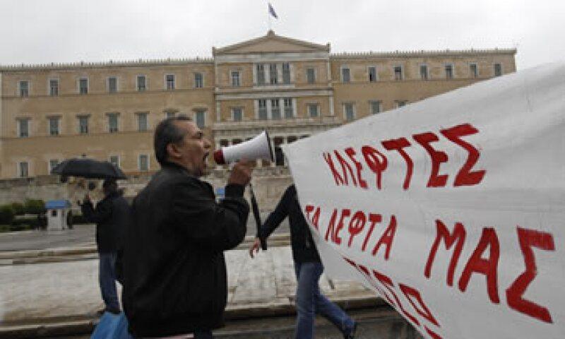 El decreto presidencial que suprime la actual legislatura fue colocado afuera del Parlamento (al fondo). (Foto: Reuters)