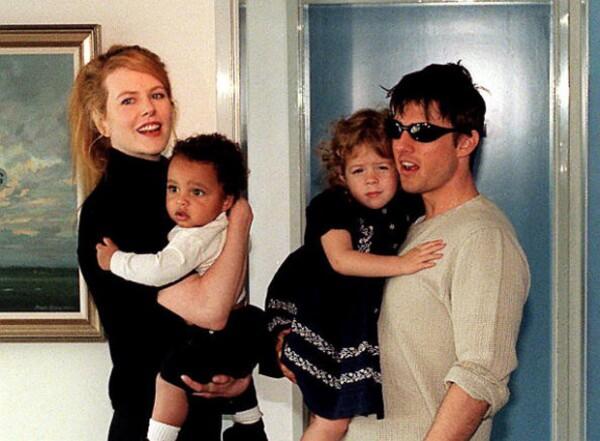 Nicole Kidman y Tom Cruise con sus dos hijos adoptivos, Isabella y Connor, cuando eran pequeños.