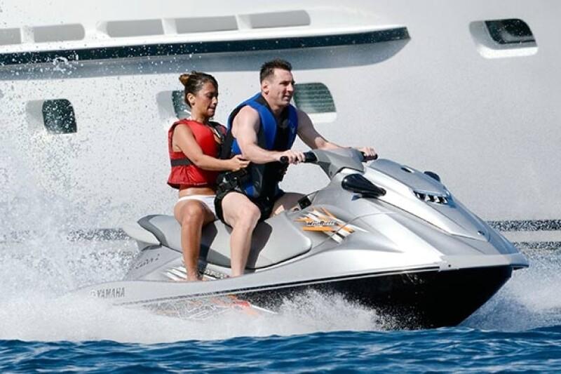 Lionel y Antonella se divirtieron en las atracciones acuáticas de la isla.