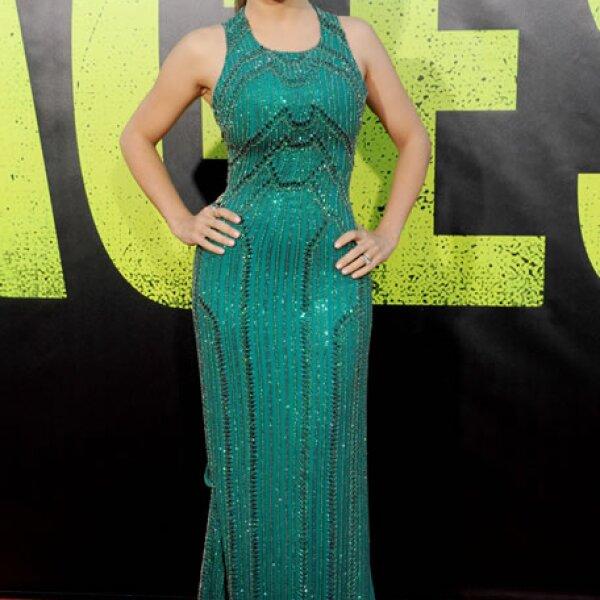 Para la premiere de la película Savages apostó por un vestido color esmeralda con aplicaciones de pedrería de la firma Gucci.