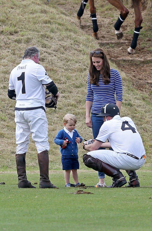 Algunos jugadores se acercaron para enseñarle a jugar al pequeño príncipe.