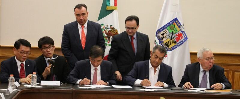Los directivos de la automotriz coreana y Rodríguez Calderón durante la firma de los acuerdos tras semanas de negociación.