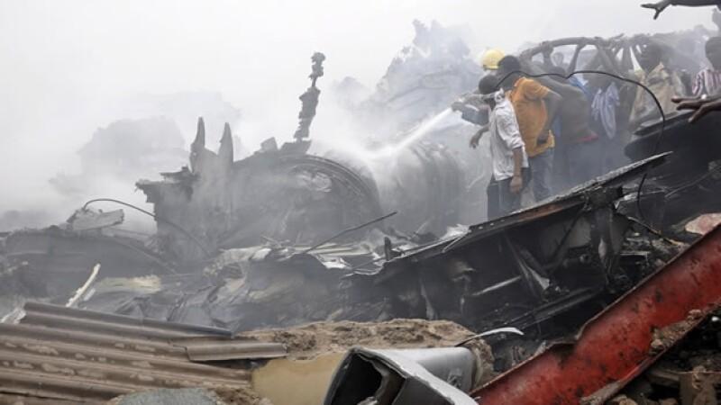 Rescatistas atienden accidente aereo