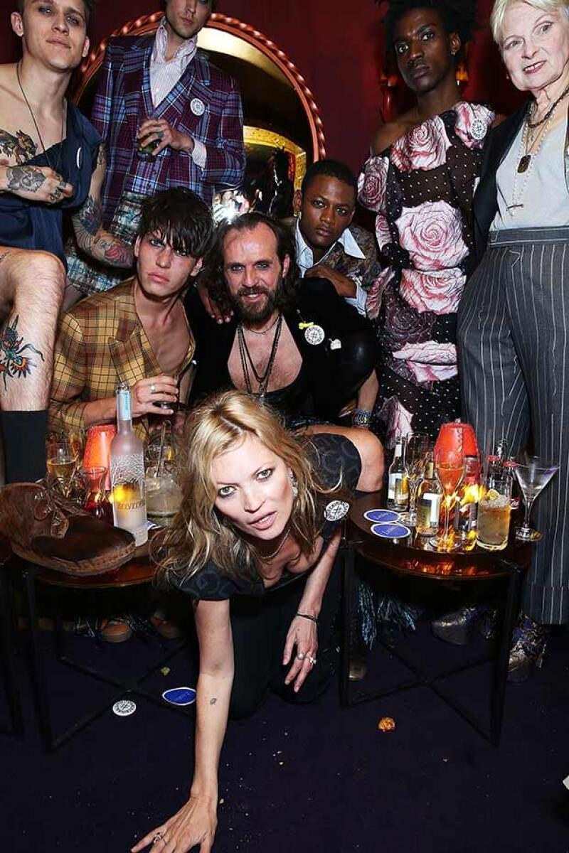 La modelo de divirtió entre copas con la diseñadora Vivienne Westwood.