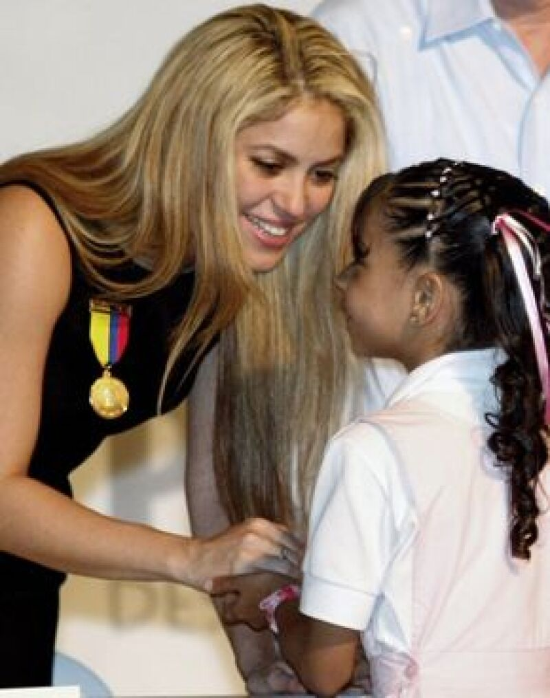 La cantante colombiana está feliz tras normalizarse las clases en el colegio que construyó, luego del problema ocasionado por la falta de maestros.