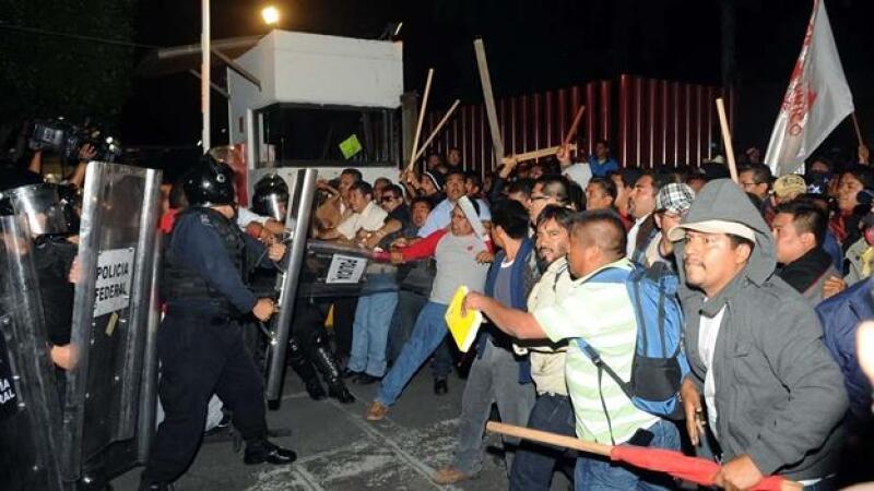 Integrantes de la CNTE protestaron afuera de la Cámara de Diputados.