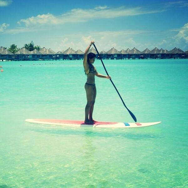 Alessandra prueba que el equilibrio es algo básico para practicar paddle board.