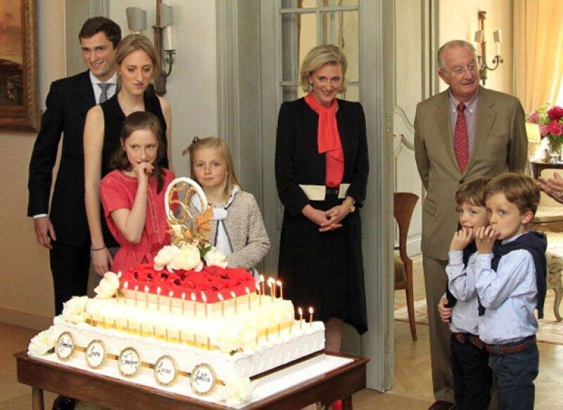 También iba una de sus hijas, sin embargo no dieron a conocer cuál de las tres princesas (que se ven a la izquierda) era.