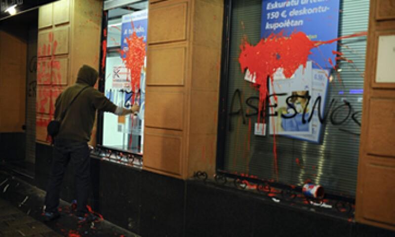 Los españoles manifestaron su enojo tras conocer los casos de los suicidios. (Foto: AP)