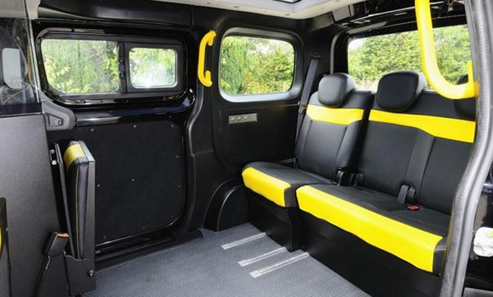 En el exterior destacan los estribos y las puertas laterales corredizas que facilitan la entrada al vehículo, techo traslucido panorámico y amplio portón trasero.