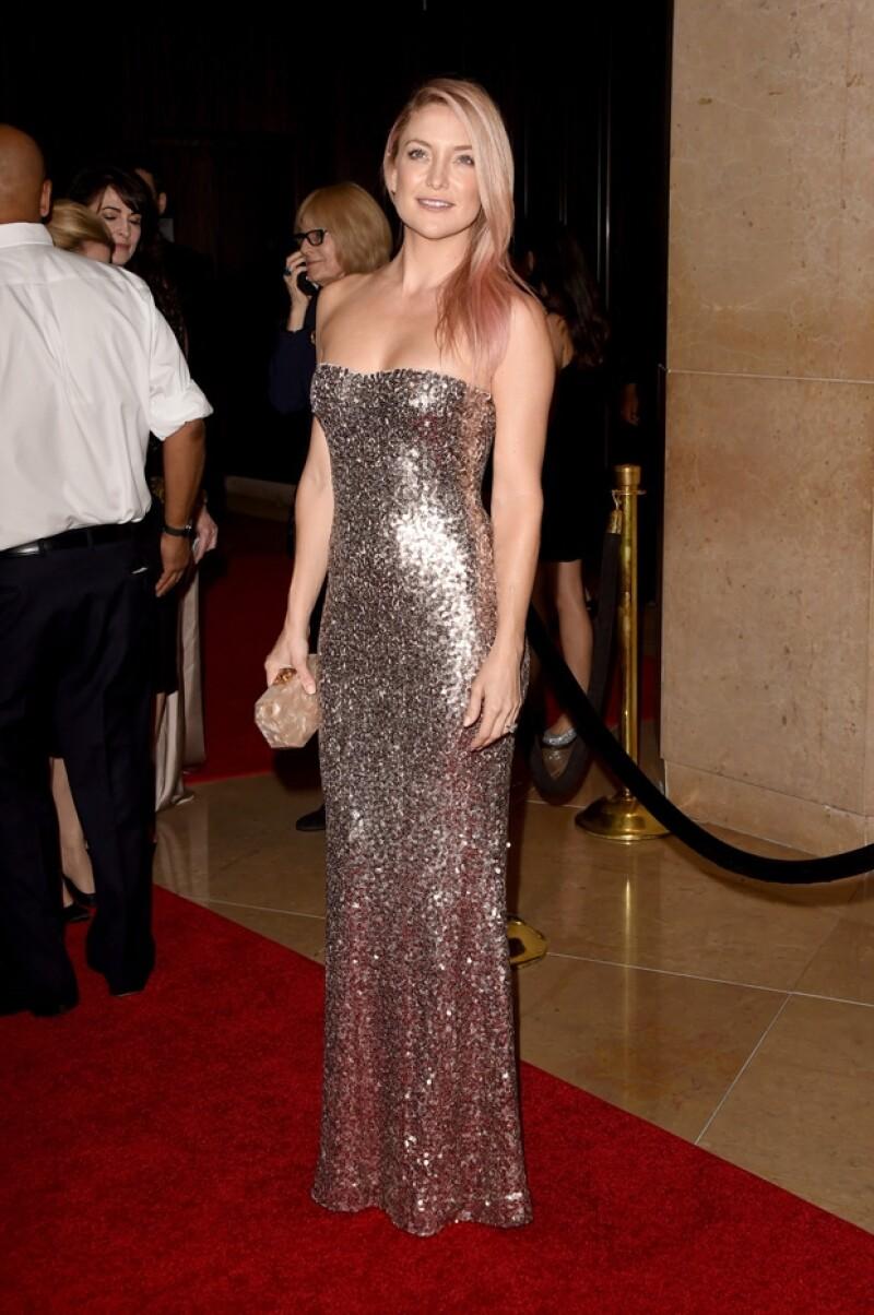 Kate Hudson deslumbró en este brillante vestido que combinó con sus tonalidades rosas de pelo, las cuales se hizo en apoyo al combate del cáncer de mama..