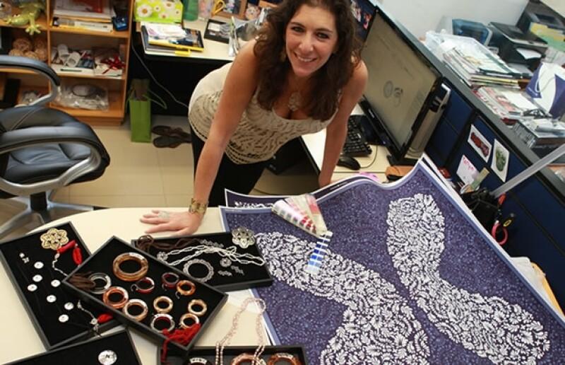 La diseñadora creando algunos diseños en su estudio.