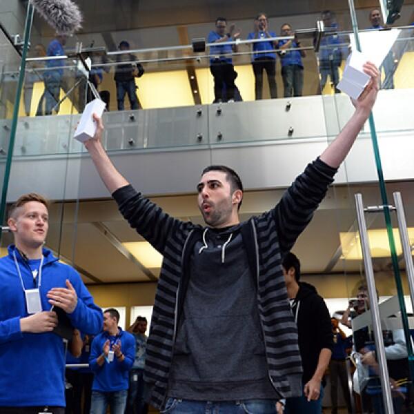 Los clientes australianos fueron de los primeros en recibir al iPhone 6 en el mundo.