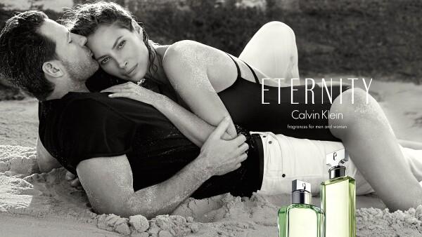 Christy Turlington-Burns regresa como la imagen de Eternity junto con su esposo Ed Burns.