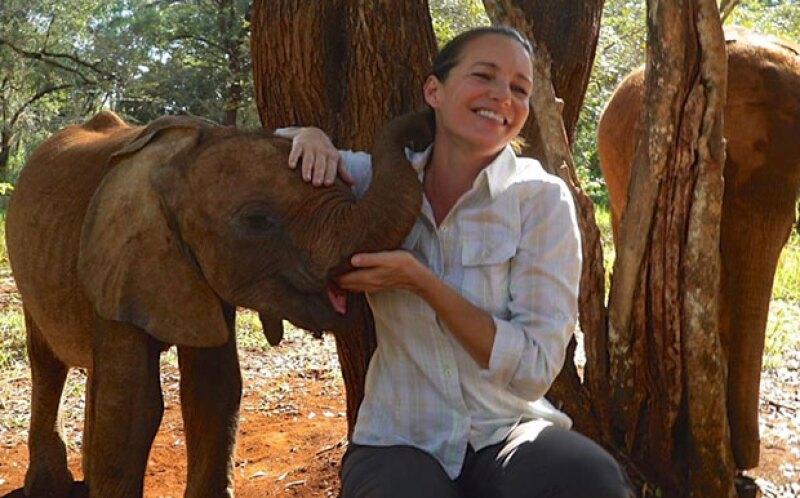 Kristin ayudó a un bebé elefante a liberarse de una punta de flecha envenenada.