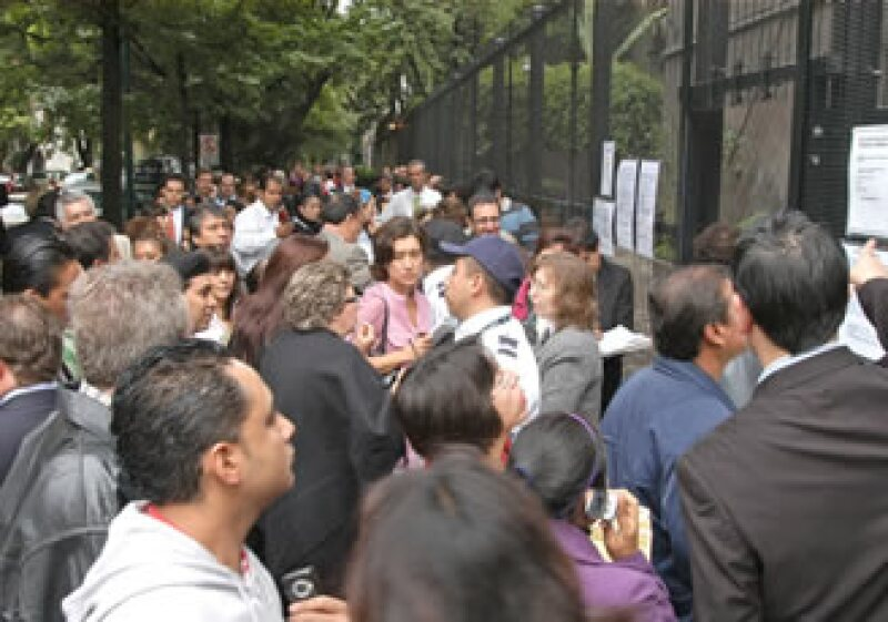 Decenas de personas saturaron ayer la Embajada de Canadá para pedir información sobre cómo obtener su visa. (Foto: Notimex)