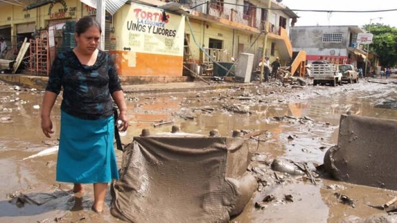 una mujer camina entre el lodo en veracruz