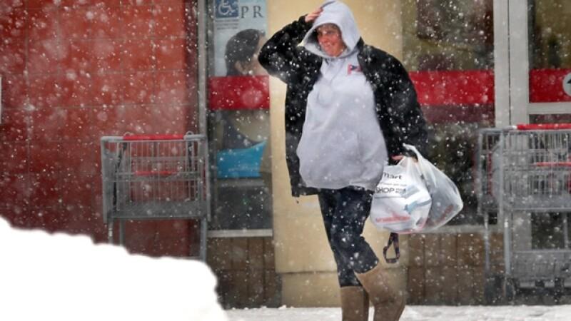 Una mujer se abastece de víveres en una tienda de Braintree, Massachusetts, el viernes