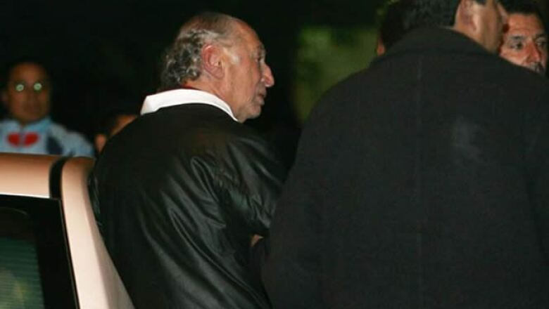 Las exequias se llevaron a cabo de manera privada, el padre del empresario, Alberto Saba, recibía a la gente en la puertas de su hogar.
