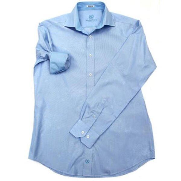 El azul es otro color que no puede faltar en tu guardaropa. El azul claro combinan mejor con corbatas azul marino, amarillas o rojas.