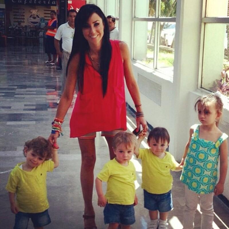 La conductora a lado de sus pequeños: Inés, Javier, Bruno y Diego.