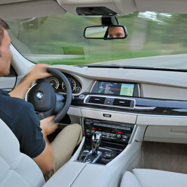El equipo incluye el sistema de mando BMW iDrive con pantalla de 10.2 pulgadas, tablero de instrumentos con tecnología Black-Panel y climatizador automático.