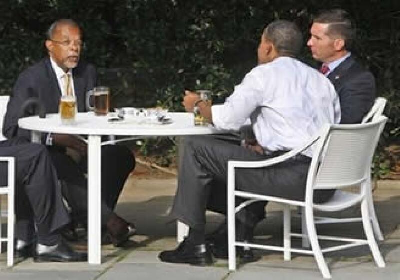 Obama (de espaldas) reunió al policía James Crowley (der.) y a Henry Louis Gates (izq.), luego de un incidente que calificó de racista. (Foto: AP)