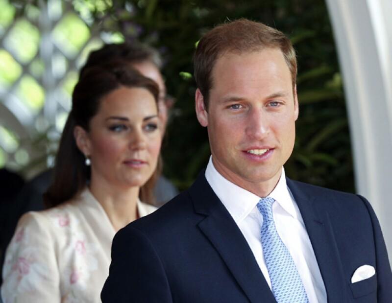 Actualmente los duques de Cambridge se encuentran de gira por Asia, en su paso por Singapur, el monarca contestó que sí le gustaría ser padre de una pareja de niños.