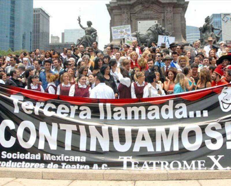Silvia Pinal, Ludwika Paleta, Margarita Gralia entre otros actores y productores de teatro se manifestaron en la Ciudad de México para informar al público que se reanudan funciones.