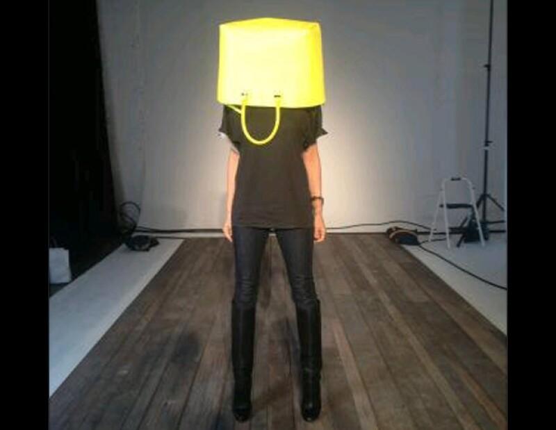 Victoria cubrió su rostro en una bolsa que tiene un precio de más de dos mil dólares.