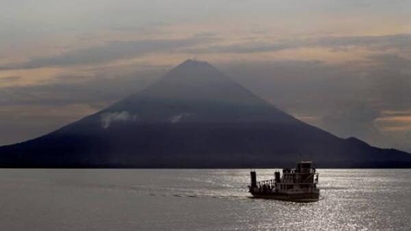 Lago Nicaragua con el Volc�n Concepci�n en el fondo, en la isla Ometepe