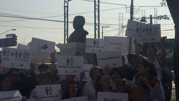 El Frente Nacional por la Familia, integrado principalmente por mujeres, se manifestó a las afueras de la oficina del tricolor estatal.