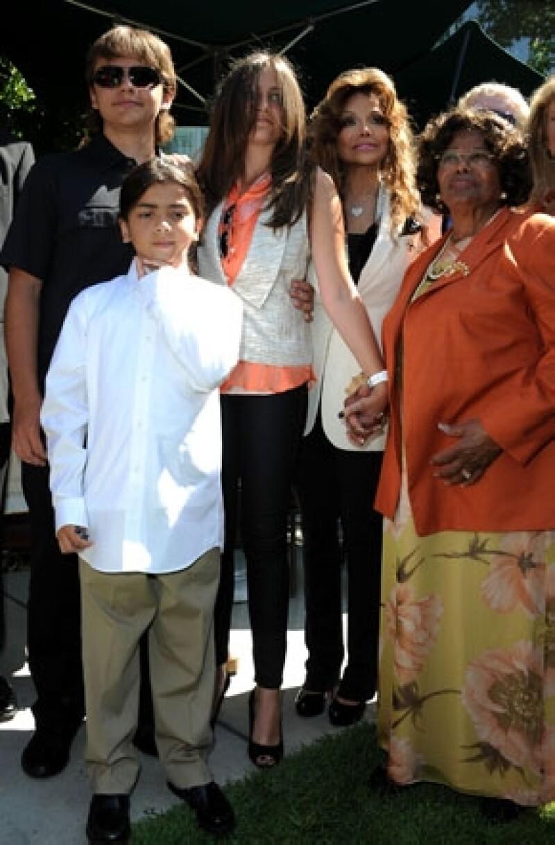 Por contratación negligente y mala supervisión del médico del cantante, sus hijos y su madre, Katherine piden a la promotora AEG Live 40 billones de dólares.