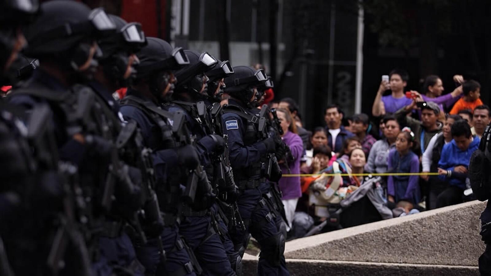 Los debutantes de la Gendarmería Nacional desfilando por Reforma