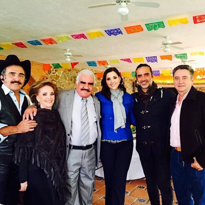 El cantante, que hoy cumple 74 años de edad, debutó en Instagram al compartir una imagen de su gran celebración en familia, junto al Potrillo, sus hermanos y su esposa Cuquita.
