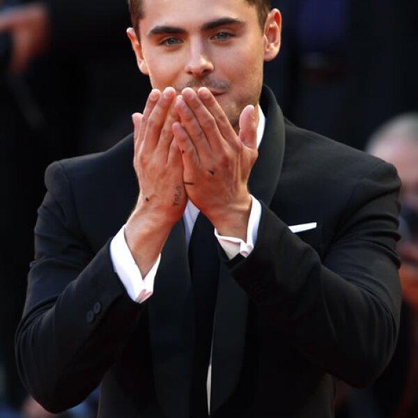 Zac Efron envió besos a las fanáticas.