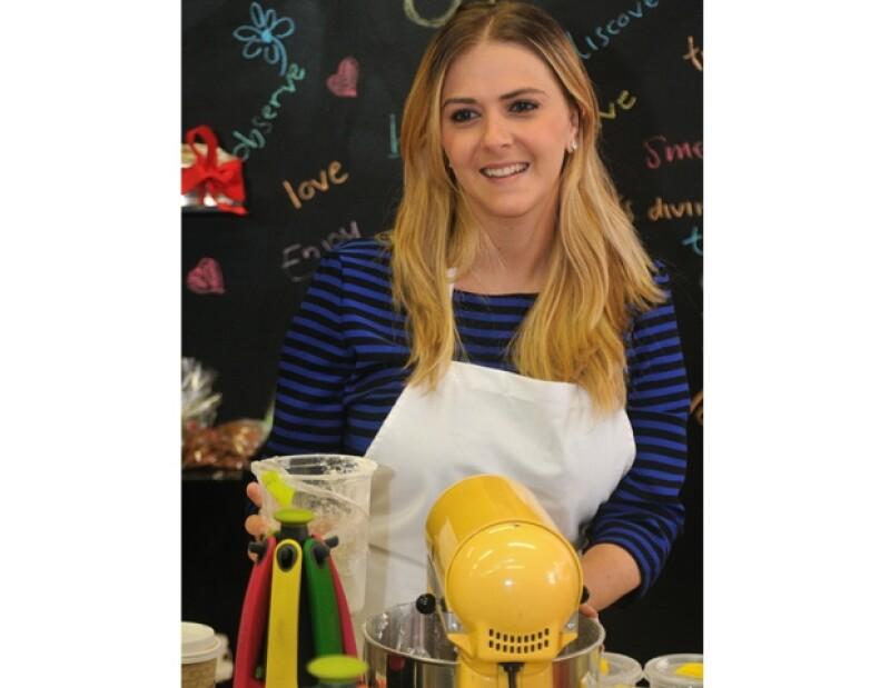 La chef le dio una clase VIP a un grupo de mujeres del mundo social, quienes aprendieron a hacer galletas de jengibre y buñuelos de viento.