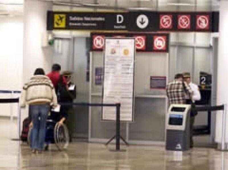 Las revisiones a pasajeros se intensifican. (Foto: Notimex)