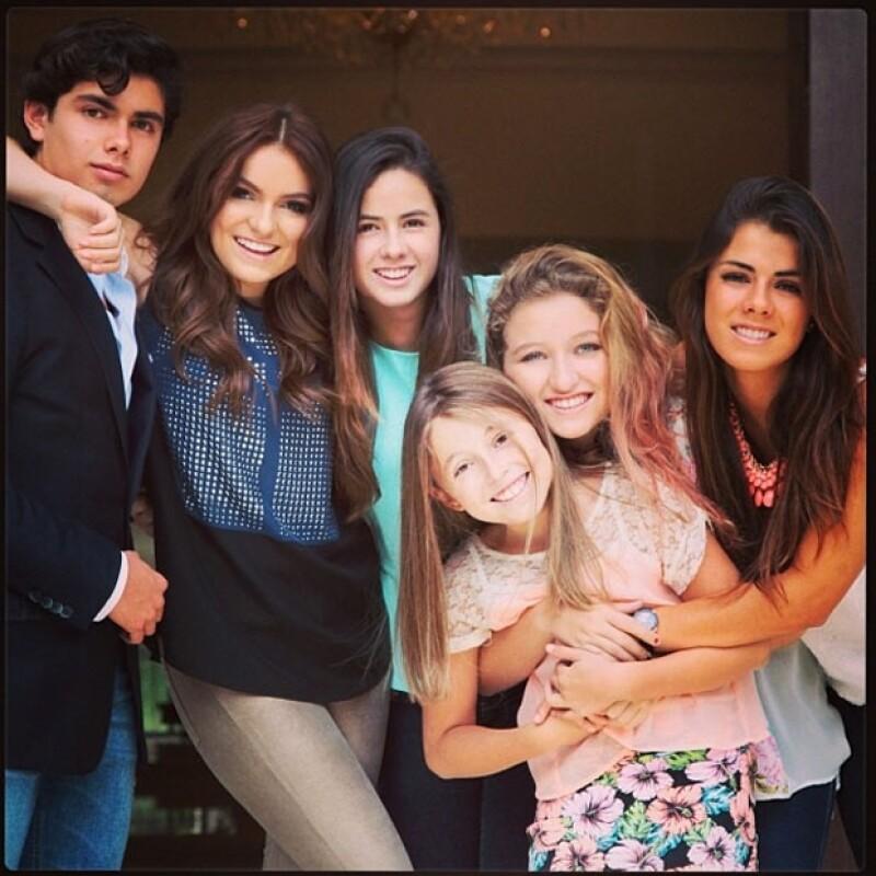 Mediante Instagram la joven actriz compartió una foto donde aparece con Paulina, Alejandro, Fernanda, Nicole y Regina, todos abrazados y felices.