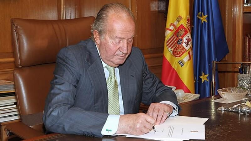 El rey Juan Carlos España firma abdicacion