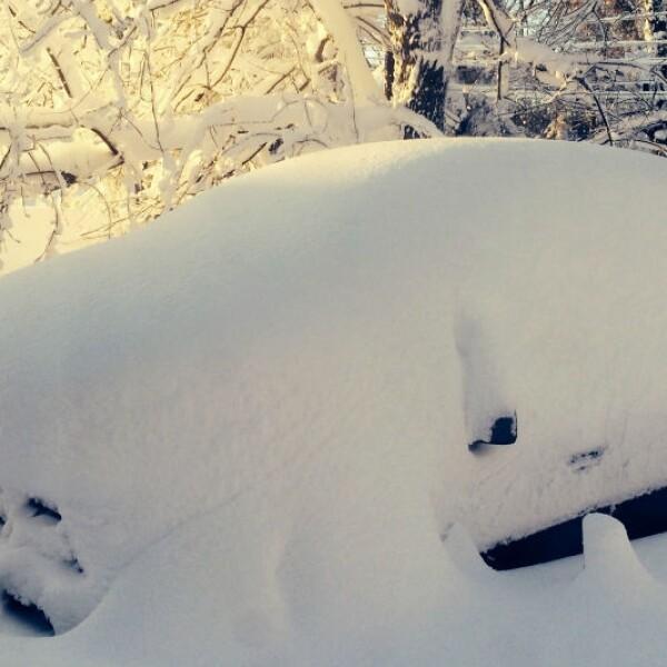 Coche cubierto por nevada en Buffalo, Nueva York