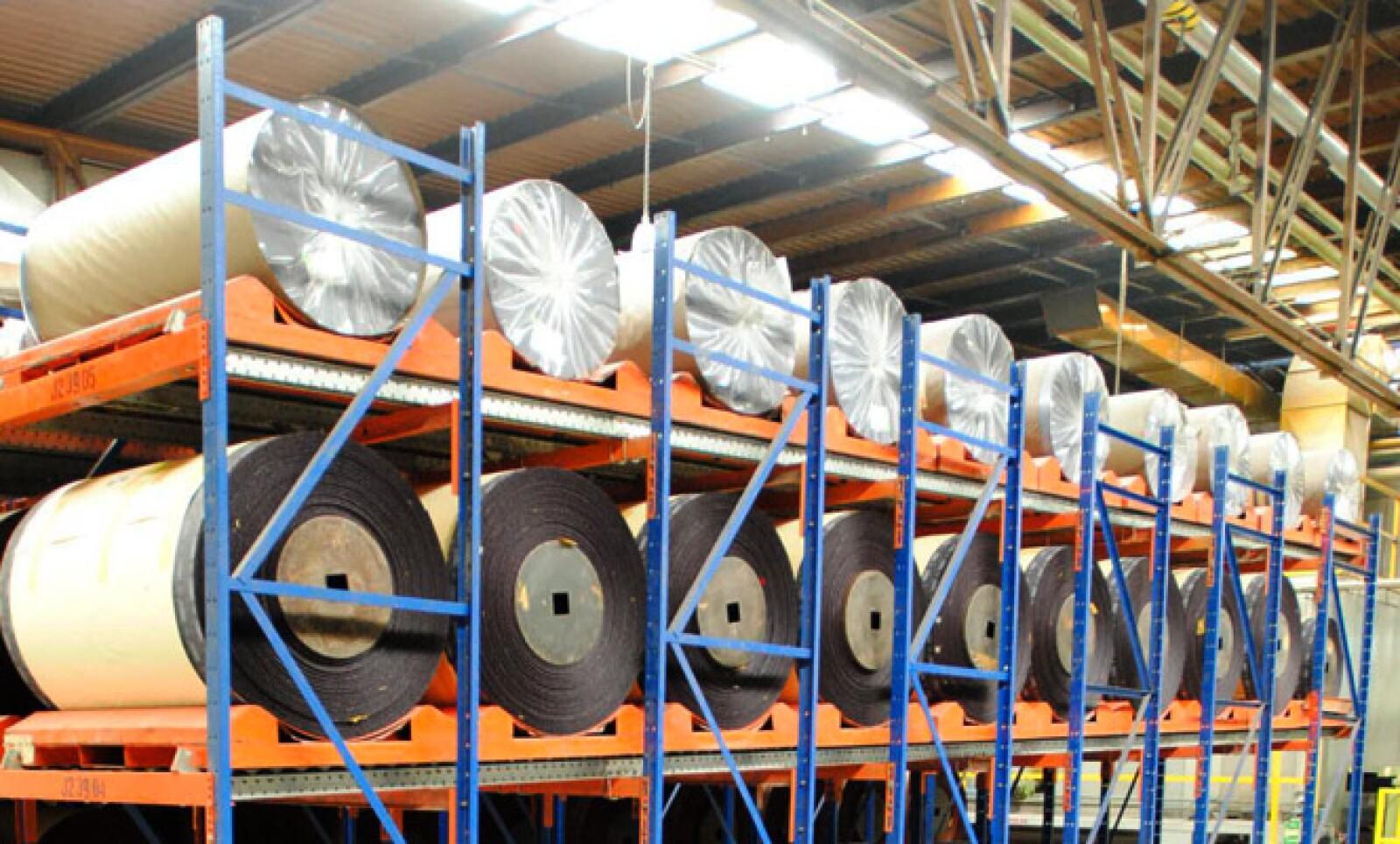 Los rollos de lija esperan en el almacén su turno para ser cortados y empaquetados.
